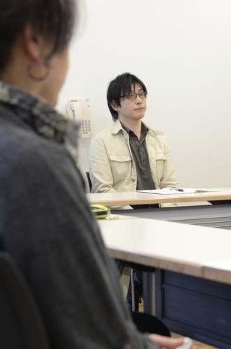 ひきこもりの当事者の集いに参加する永嶋聡さん。自分を隠すことなく、自然体でいられる「居場所」だ=甲府市内