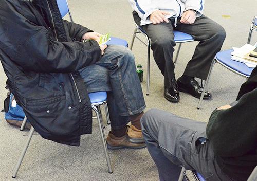 父親グループで話し合う参加者=甲府・県福祉プラザ