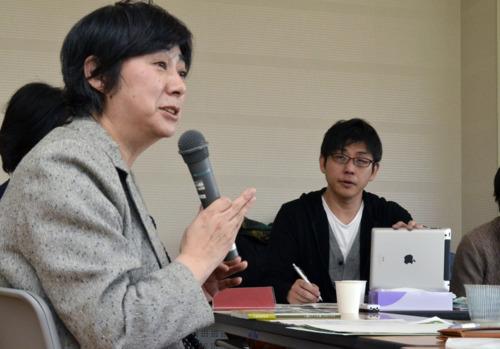 秋田・藤里町のひきこもり支援の中心的役割を担う菊池まゆみさん(左)の話を聞く永嶋聡さん=同町内