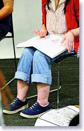 19日に開かれた「ひきこもり大学in山梨」のグループトークで話すモモコ。「人と話しているときが一番楽しい」=甲府・県立図書館