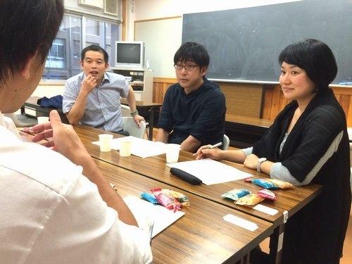 ひきこもりの当時者支援を考えるイベントを企画、打ち合わせを重ねる実行委員会のメンバー=甲府・県立大飯田キャンパス