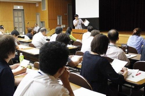 ひきこもり当事者の支援策を考える県の検討会議で、経験者の話に聞き入る参加者=甲府・県自治会館