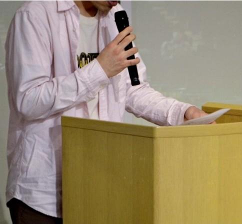 ひきこもりアノニマスに参加する思いを語る当事者=甲府・県立図書館