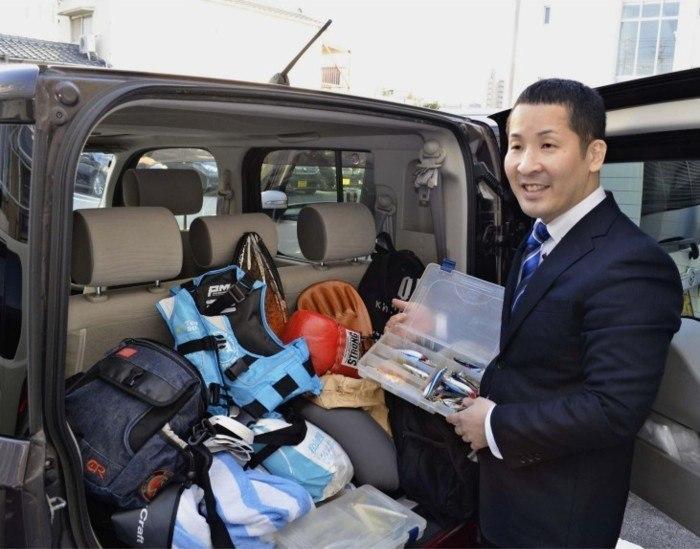谷口仁史さんが訪問支援で使っている車。トランクには当事者との話題づくりに使うグッズが積まれている=佐賀市内
