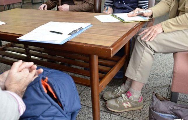 「親のひきこもり大学」の講話内容について打ち合わせをする親たち=甲府市内