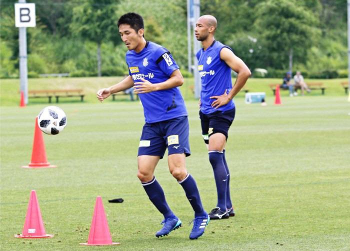 全体練習に合流したFW金園英学(左)とFWジネイ=昭和・押原公園