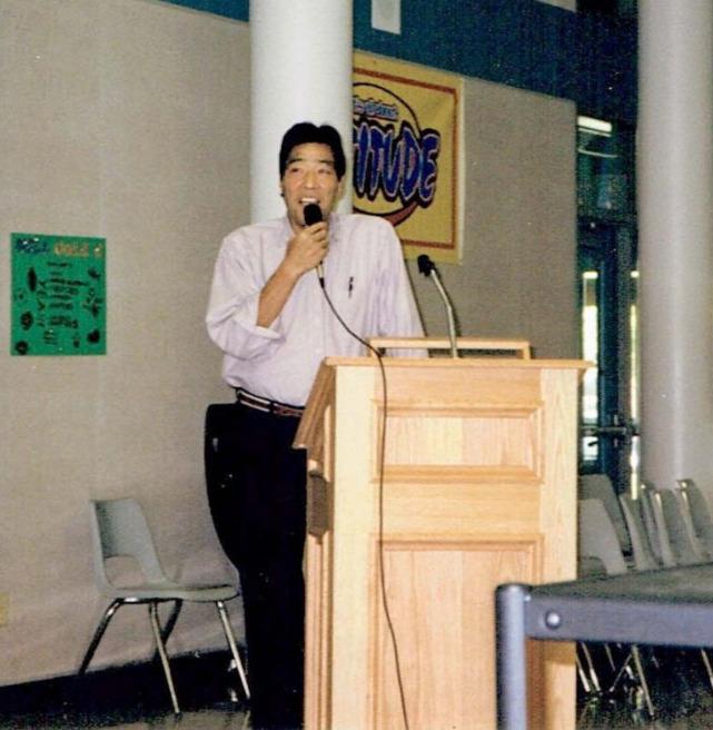 米国の大学で講義をするジャンボ鶴田。引退後は研究者の道へ転じた(1999年10月撮影、鶴田保子さん提供)