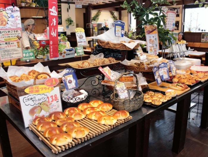 バラエティー豊かなパン約90種が並ぶ「山梨パン工房モンマーロ」=甲州市塩山下於曽