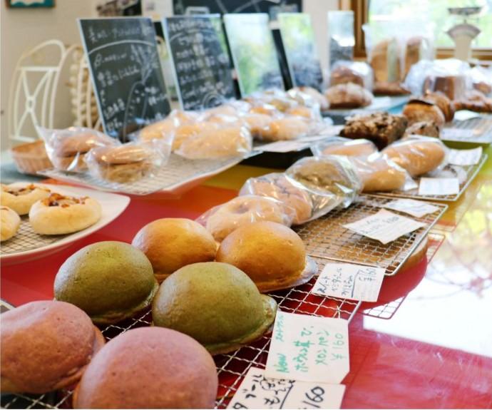 八ケ岳南麓で育てられた野菜を中心に使い、20~30種類ほどのパンが店頭に並ぶ=韮崎市藤井町