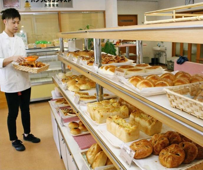 焼きたてのパンがそろった店内。月に1回程度のイベント時には、パンを個包装せずに並べている