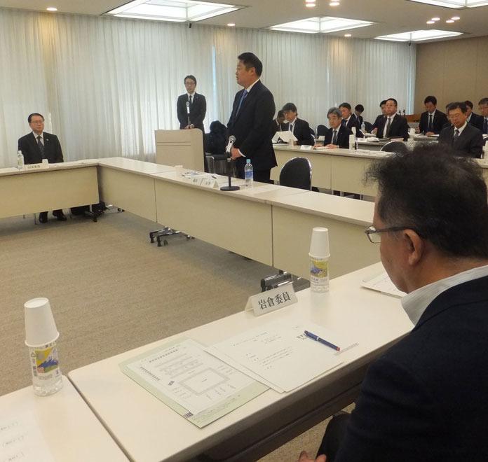 有識者会議の冒頭であいさつする長崎幸太郎知事(中央)=東京・都道府県会館