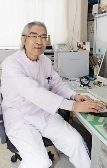 抗がん剤治療を週1回ペースで受けながら、外来診療を続けている医師の吉岡正和さん=山梨市東後屋敷の吉岡医院