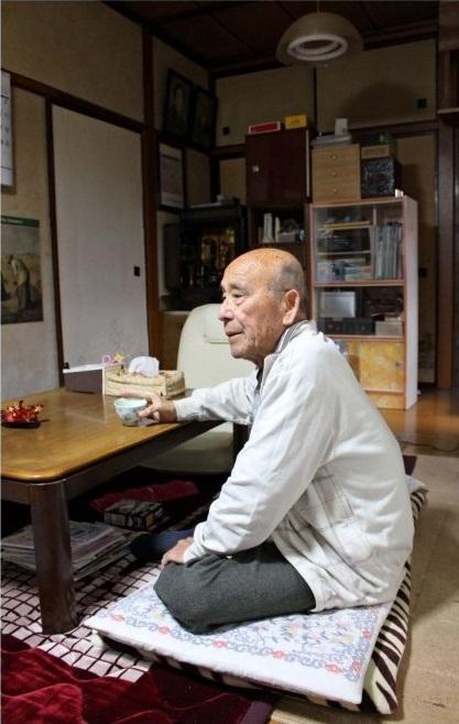 お茶を飲み、一息つく男性。4年前の肺がん手術を乗り越え、穏やかな日常に感謝する=甲斐市内