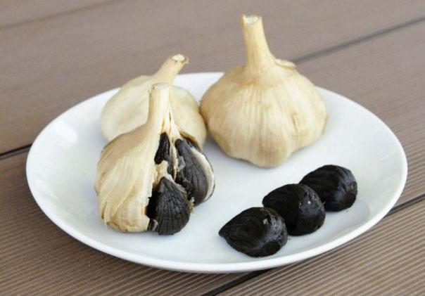 完成した黒にんにく。ニンニクを熟成、発酵させることで甘みのあるフルーティーな味わいとなる