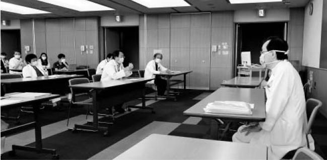 """週3回、""""密""""を避け早朝に多職種で開く新型コロナウイルス対策会議=甲府・県立中央病院"""