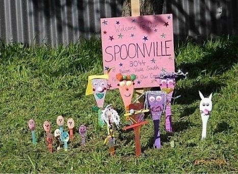 木製の調理用スプーンにペイントや飾りを付けて飾った「Spoonville」