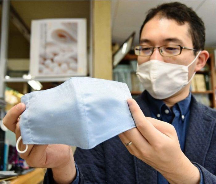 「銀染」の手法で染めた糸で編んだマスク=西桂町小沼