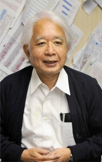 インタビューに答える小俣政男理事長=甲府・県立中央病院