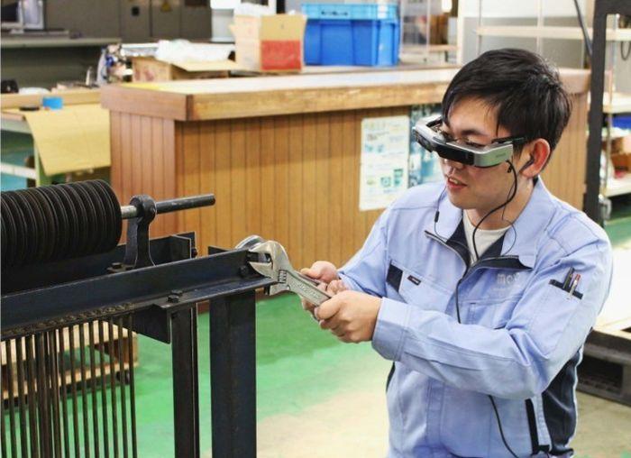 スマートグラスを使って修理作業をする技術者=韮崎市内
