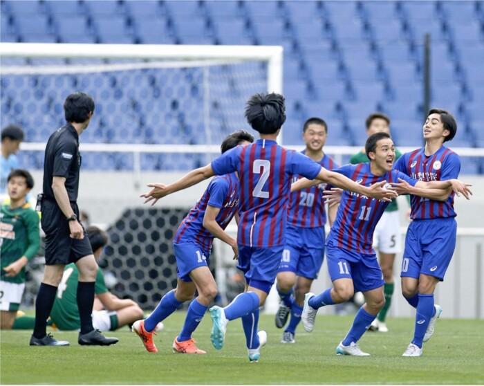 青森山田との決勝の前半12分、広沢灯喜(右から2人目)が先制ゴールを決め、喜ぶ山梨学院イレブン=埼玉スタジアム