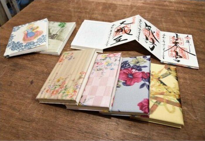 傘生地と市川三郷、身延両町の和紙を使った御朱印帳=都留市境