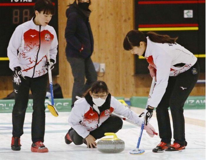 北京五輪出場を目標に、練習する富士急のメンバー=長野・軽井沢アイスパーク
