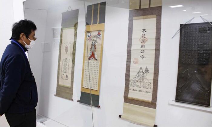 富士山信仰と養蚕の関わりなどを紹介している企画展=富士河口湖・県立富士山世界遺産センター