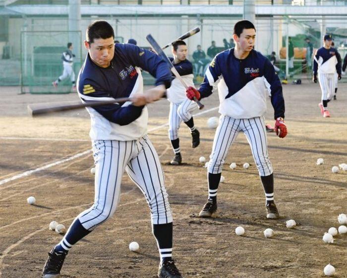 選抜高校野球大会出場が決まった後、練習する東海大甲府ナイン=甲府・東海大甲府高