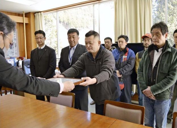 表彰を受ける小村幸司代表理事ら=丹波山村役場