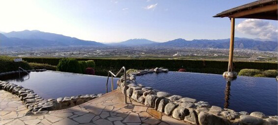 みたまの湯の露天風呂から見える景色=市川三郷町大塚(みたまの湯提供)