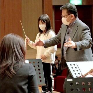 指揮者を体験する参加者=甲府・YCC県民文化ホール