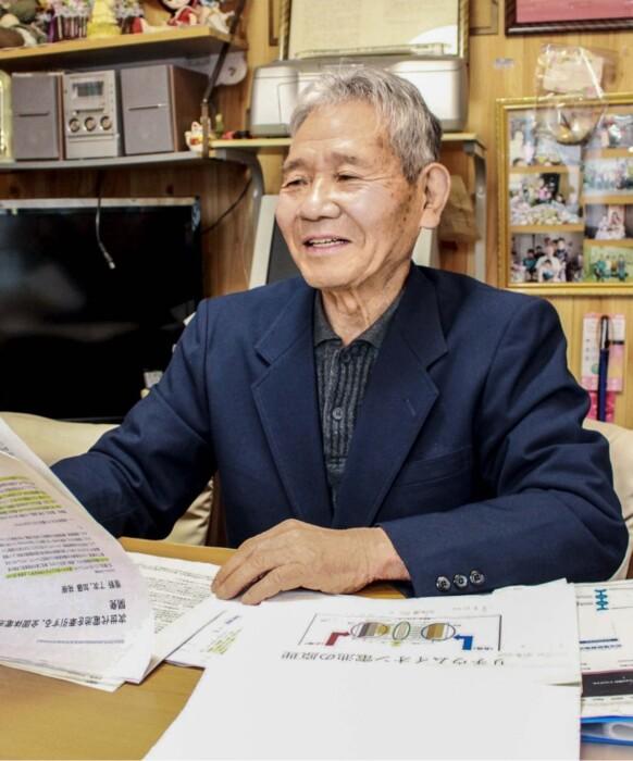 総合学習の資料をまとめる飯野三郎さん。授業の予習復習を欠かさず、勉学に励んだ=甲府市幸町