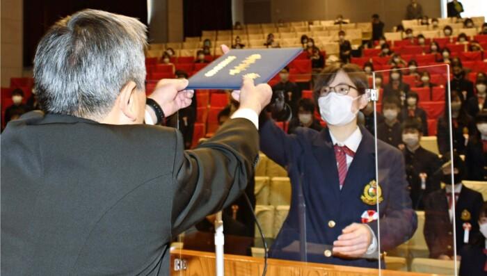演台の前にアクリル板が設置された甲陵高の卒業式。生徒の代表はアクリル板越しに卒業証書を受け取った〈撮影・山本就己〉