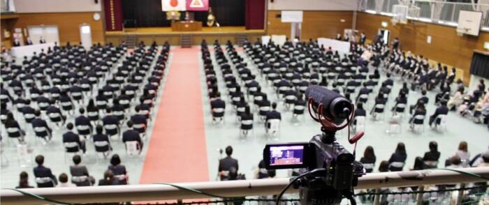 カメラが設置された甲府東高の卒業式会場。映像は、出席できなかった保護者や在校生向けに配信された〈撮影・宇賀神将樹〉
