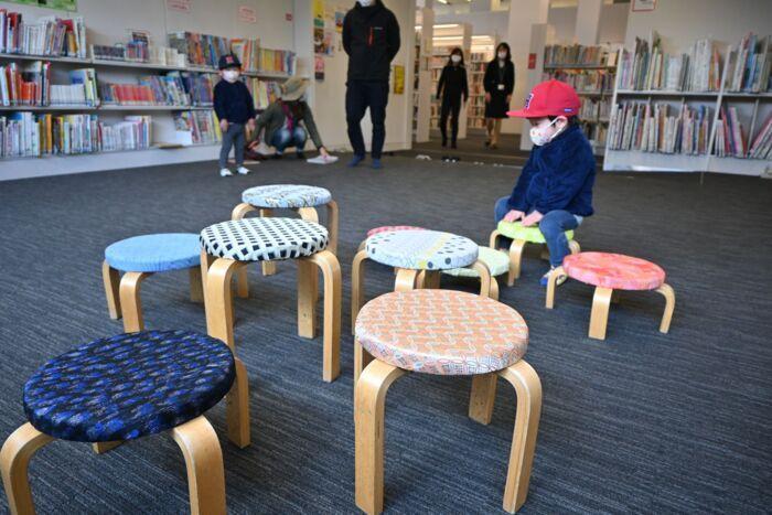 郡内織物の生地を取り付けたいすを設置したキッズルーム=富士吉田市立図書館