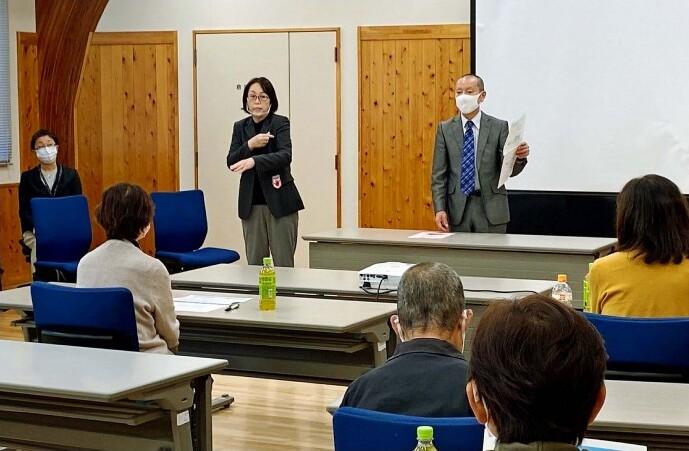 聴覚障害者を対象にワクチン接種の説明会をする市の担当者=南アルプス市寺部