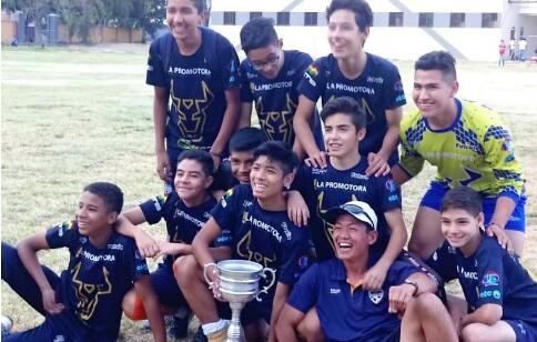 ボリビアのサッカー大会で優勝した