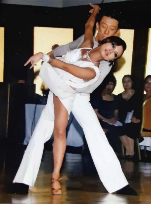 LGBTQの当事者を対象にした社交ダンスサークルを立ち上げるプロの社交ダンサー飯塚あゆみさん(手前)=埼玉県加須市(2016年撮影、本人提供)