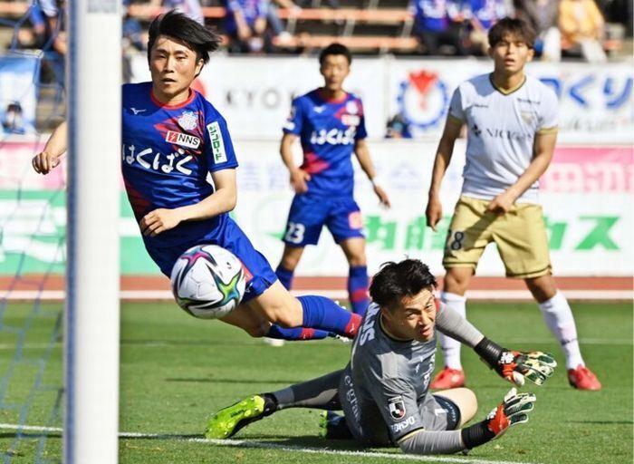 【J2 VF甲府-東京V】後半14分、VF甲府のFW鳥海芳樹(左)が相手GKとの1対1を制してゴールを決め、2-0とリードを広げる