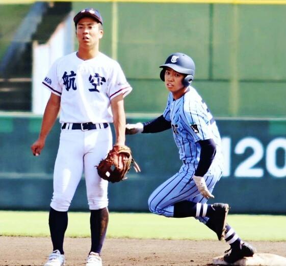 塁ベース付近で接近する東海大相模の大森幹大(右)と日本航空の久次米陸士。2人は中学時代のチームメートで、甲子園での再戦を誓った=山日YBS球場(15日)