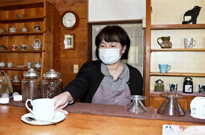 コーヒーを準備する店主の白倉幸子さん=北杜市高根町清里