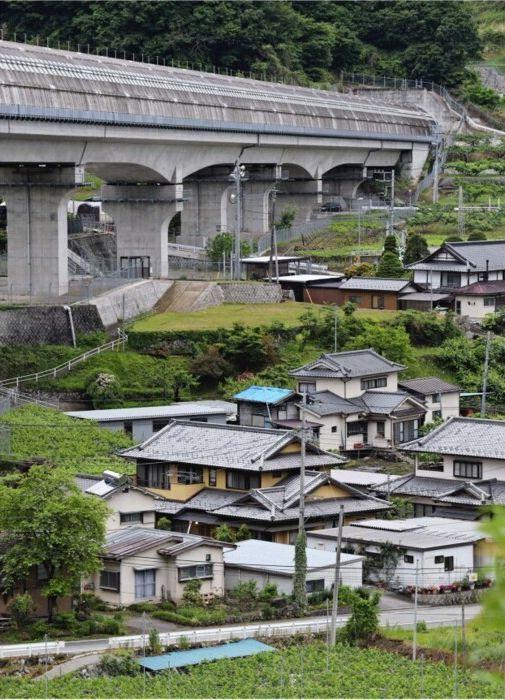 コンクリート製の覆いがかぶされている山梨リニア実験線の高架。付近には民家が並ぶ=笛吹市御坂町上黒駒(撮影・橘田俊也)