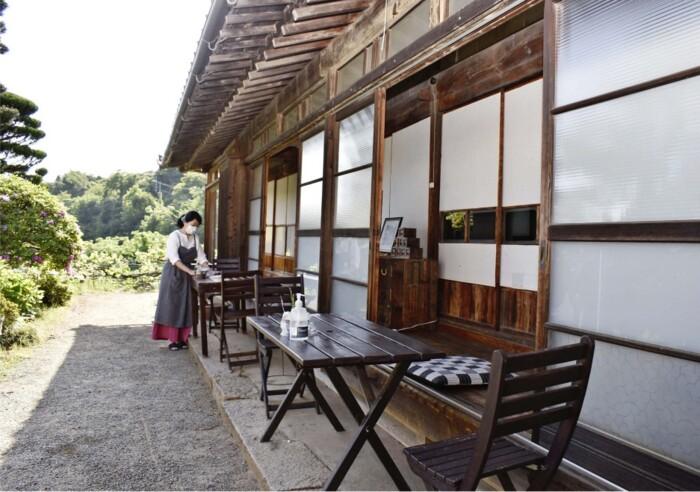 机や椅子のほか座布団が置かれている縁側スペース=甲州市勝沼町菱山