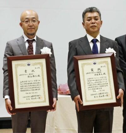 奨励賞に選ばれた新谷勝広さん(左)と、新森英之さん=ベルクラシック甲府