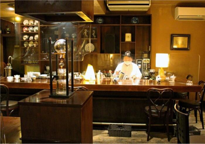 12時間かけてゆっくり点滴するダッチコーヒーのドリッパーが中央に置かれた「カフェロッシュ」の店内