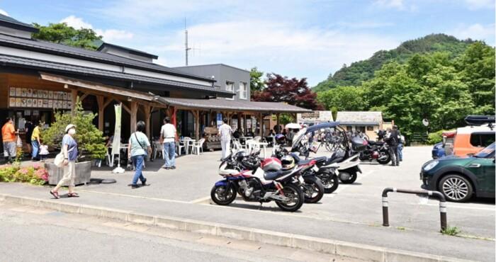 県外客でにぎわう道の駅こすげ。県内ナンバーの車はほとんど見られなかった=小菅村内