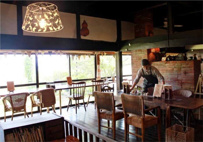 歴史ある空間で、落ち着いた時間と地元産の食事を提供する「engawa cafe」の店内