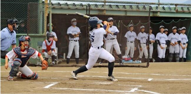 女子硬式野球チームのリーグ戦「ヴィーナスリーグ」で熱戦を繰り広げる選手=富士川町最勝寺