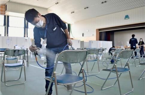 菌を不活性化させるコーティング剤の散布作業が行われた南アルプス市の新型コロナウイルスワクチン集団接種会場