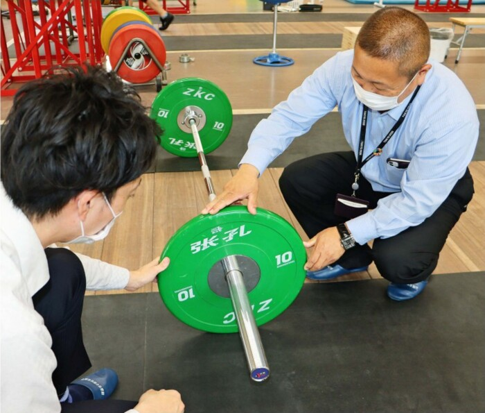 東京五輪のドイツ重量挙げ代表の受け入れ準備を進めていた山梨市職員=山梨市民総合体育館(15日)